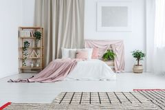 Kingsize bed in pastelkleurslaapkamer royalty-vrije stock foto's