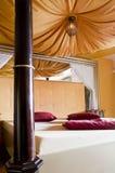 Kingsize Bett mit Kabinendach lizenzfreies stockfoto