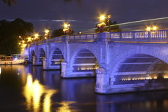 Kingston Bridge alla notte fotografia stock