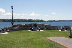 Kingston Canons som förbiser floden Cataraqui arkivbild