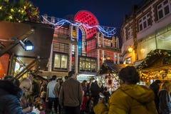 Kingston Christmas Market con il centro nei precedenti, Kingston di Bentall sopra Tamigi, Londra, Inghilterra, Regno Unito fotografie stock libere da diritti