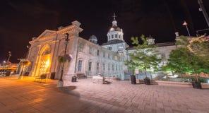 Kingston City Hall, Ontario alla notte immagine stock