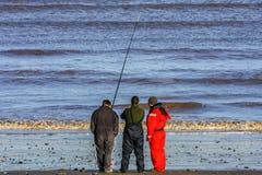 Kingston sobre casco/Inglaterra - 9 de enero de 2011: Pescador del mar en la puesta del sol cerca de Kingston sobre casco Foto de archivo