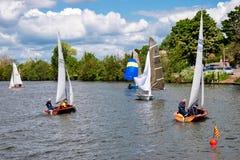 KINGSTON-UPON-THAMES, SURREY/UK - 8-ОЕ МАЯ: Плавать на реке t стоковая фотография