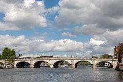 KINGSTON-UPON-THAMES, SURREY/UK - 8 MAGGIO: Un punto di vista di Kingston Bri immagine stock