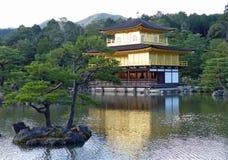 Kinkaku籍、金黄亭子和湖 库存图片