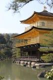 Kinkaku籍寺庙的边在京都 免版税库存照片