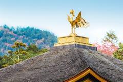 Kinkaku籍寺庙菲尼斯鸟在京都 免版税图库摄影
