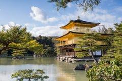 Kinkaku籍,金黄亭子,一个禅宗佛教徒寺庙在京都, 免版税库存照片
