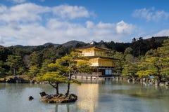 Kinkaku籍,金黄亭子,一个禅宗佛教徒寺庙在京都, 库存图片