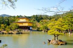 Kinkaku籍,金黄亭子,一个禅宗佛教徒寺庙在京都, 库存照片