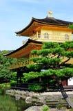 Kinkaku籍(金黄亭子的寺庙)在京都,日本 免版税库存照片