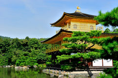 Kinkaku籍(金黄亭子的寺庙)在京都,日本 免版税图库摄影