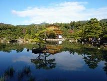 Kinkaku-ji, золотой павильон, отражает в пруде в Киото, Японии Стоковое Изображение