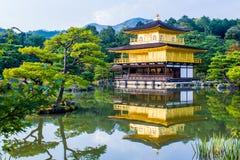 Kinkaku-ji den guld- paviljongen i Kyoto, Japan Royaltyfri Foto