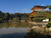 Kinkaku-JI, le pavillon d'or, se reflète dans un étang à Kyoto, Japon Photo libre de droits