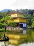 Kinkaku-ji också som är bekant som templet av den guld- paviljongen i Kyoto Japan arkivfoto