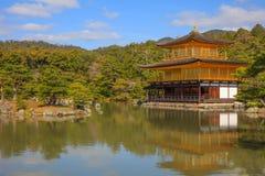 Kinkaku-ji tempel av den guld- paviljongen Fotografering för Bildbyråer