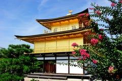 Kinkaku-ji (tempel av den guld- paviljongen) i Kyoto, Japan Arkivfoton