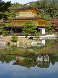 Kinkaku-ji Złoty pawilon, odbija w stawie w Kyoto, Japonia Zdjęcie Stock