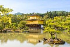 Kinkaku -kinkaku-ji, het Gouden Paviljoen Stock Foto