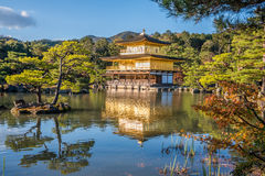 Kinkakuji寺庙在秋天 免版税库存照片