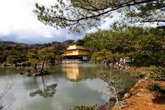Kinkakuji寺庙的著名金黄亭子有蓝天的,京都, 库存图片