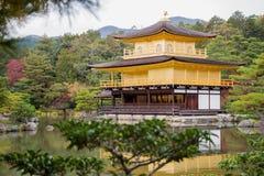 Kinkakuji寺庙的,京都日本金黄亭子 库存照片