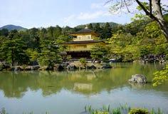 Kinkakuji寺庙的,京都日本金黄亭子 免版税库存图片