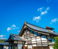 Kinkakuji寺庙金黄亭子在京都,日本 免版税库存图片