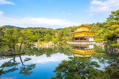 Kinkakuji寺庙金黄亭子在京都,日本 库存图片