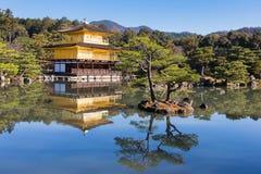 Kinkakuji寺庙金黄亭子在Kyot 库存图片