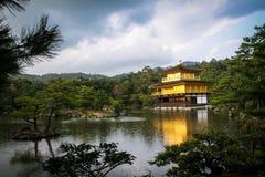 Kinkakuji寺庙金黄亭子-京都,日本 库存照片