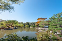 Kinkakuji寺庙(在边)在京都,日本 免版税库存图片