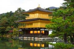 Kinkakuji寺庙(金黄亭子) 免版税库存照片