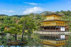 Kinkakuji寺庙(金黄亭子)京都,日本 库存照片
