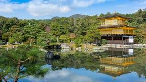 Kinkakuji寺庙(金黄亭子)和反射,京都, Ja 免版税库存图片