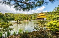 Kinkakuji寺庙(金黄亭子)在京都,日本 图库摄影