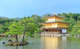 Kinkakuji寺庙(金黄亭子)在京都 库存图片