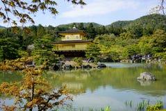 Kinkakuji寺庙(金黄亭子)在京都 免版税图库摄影