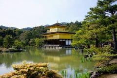 Kinkakuji寺庙(金黄亭子)在京都 免版税库存图片