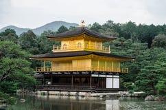 Kinkakuji金黄亭子是一个禅宗佛教徒寺庙在京都,日本-雨季 库存图片