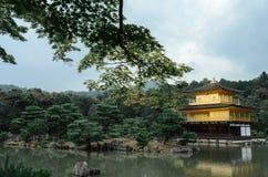 Kinkakuji金黄亭子是一个禅宗佛教徒寺庙在京都,日本-雨季 免版税库存图片