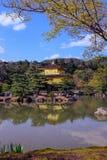 Kinkakuji,金黄亭子在京都,有反射的日本在水中 库存照片