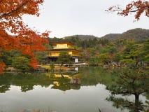 Kinkakuji świątynia, Japan& x27; s sławny turystyczny miejsce przeznaczenia, jest piękny i pokojowy obrazy stock