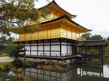 Kinkakuji świątynia, Japan& x27; s sławny turystyczny miejsce przeznaczenia, jest piękny i pokojowy fotografia stock
