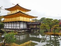 Kinkakuji świątynia, Japan& x27; s sławny turystyczny miejsce przeznaczenia, jest piękny i pokojowy zdjęcie royalty free
