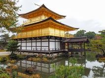 Kinkakuji świątynia, Japan& x27; s sławny turystyczny miejsce przeznaczenia, jest piękny i pokojowy fotografia royalty free