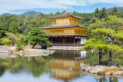 Kinkakuji -金黄亭子的寺庙在京都 库存照片