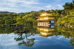 Kinkakuji (金黄亭子)在京都,日本 免版税图库摄影